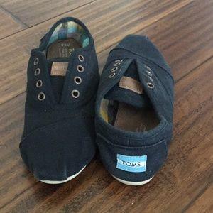 TOMS 6.5 black slip on